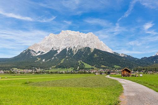 Austria「Austria, Tyrol, Lermoos, Ehrwalder Becken, View to Ehrwald and Zugspitze」:スマホ壁紙(7)
