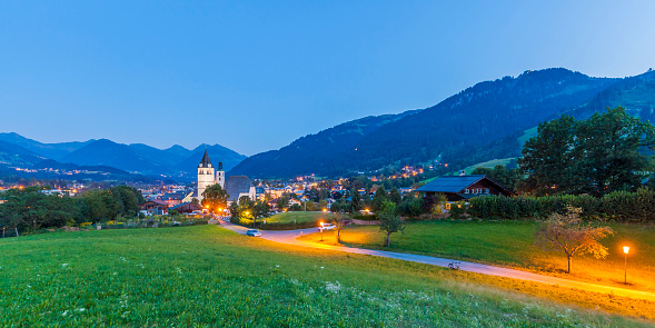 Kitzbühel「Austria, Tyrol, Kitzbuehel, townscape with churches at dusk」:スマホ壁紙(12)