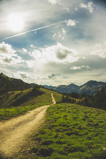 cloud「Austria, Tyrol, Tannheimer Tal, hiking trail in mountainscape」:スマホ壁紙(16)