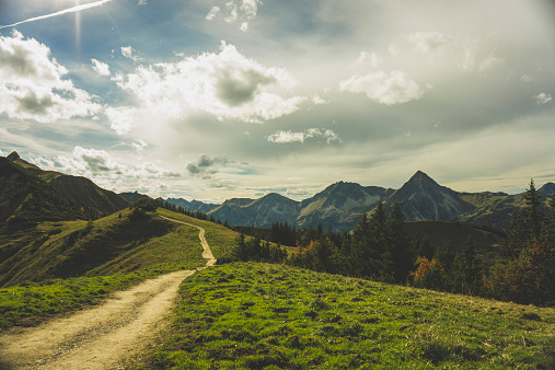 峰「Austria, Tyrol, Tannheimer Tal, hiking trail in mountainscape」:スマホ壁紙(0)