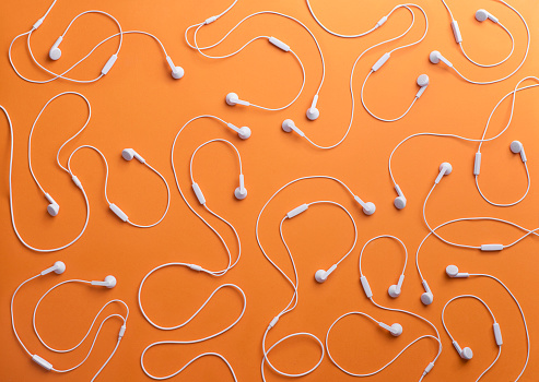 Arrangement「White earphones on orange background, 3D Rendering」:スマホ壁紙(18)