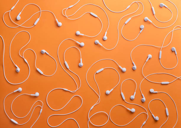 White earphones on orange background, 3D Rendering:スマホ壁紙(壁紙.com)