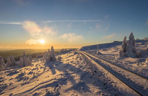 深い雪「Germany, Saxony-Anhalt, Harz National Park, Brocken at winter evening」:スマホ壁紙(19)