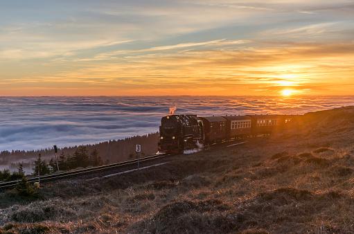 Harz National Park「Germany, Saxony-Anhalt, Harz National Park, Brocken, Harz Narrow Gauge Railway in the evening in winter」:スマホ壁紙(11)