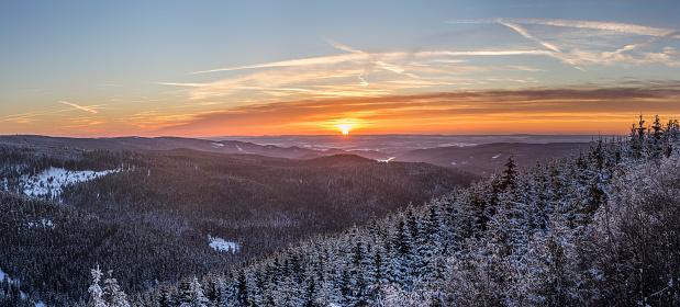Harz National Park「Germany, Saxony-Anhalt, Harz National Park, Landscape in winter at sunset」:スマホ壁紙(1)