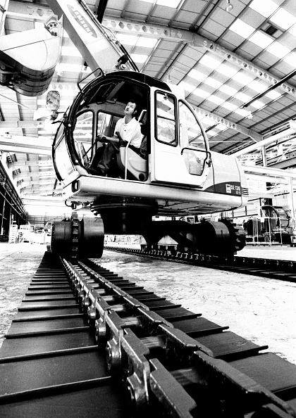 2002「Assembling Samsung SE130 crawler excavator in factory. Northumberland, UK.」:写真・画像(1)[壁紙.com]