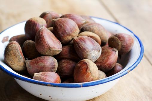 栗「Enamel bowl of sweet chestnuts on wood」:スマホ壁紙(14)