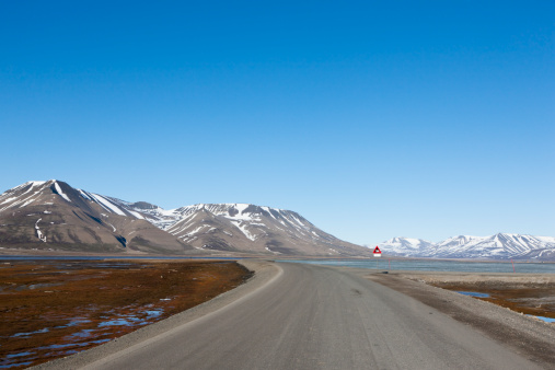 Svalbard and Jan Mayen「Europe, Norway, Spitsbergen, Svalbard, Longyearbyen, View of road with caution polar bear sign」:スマホ壁紙(11)