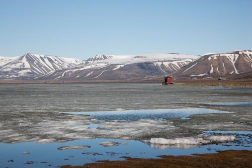 Svalbard and Jan Mayen「Europe, Norway, Spitsbergen, Svalbard, Longyearbyen, View of lake reservoir with snowcapped mountains」:スマホ壁紙(7)