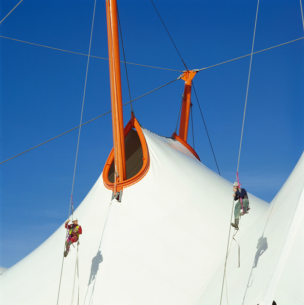 Rappelling「Canopy of the Ashford Designer Outlet, Kent, UK」:写真・画像(10)[壁紙.com]