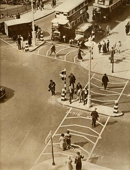 Road Marking「Traffic And Pedestrians In Trafalgar Square」:写真・画像(17)[壁紙.com]