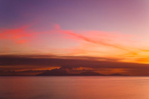 アンティグアバーブーダ「カリブ海の火山噴火の夕日」:スマホ壁紙(19)