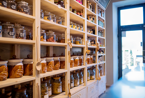 Zero「Glass jars with dried food on a shelves in a zero-waste shop.」:スマホ壁紙(11)