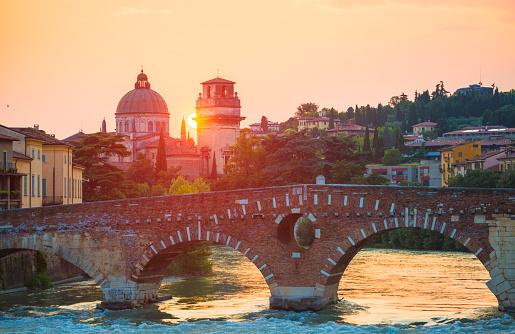 アディジェ川「ピエトラ橋、ヴェローナ、イタリア」:スマホ壁紙(17)