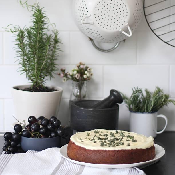 Baked sponge cake in the kitchen:スマホ壁紙(壁紙.com)