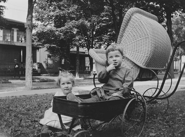 Grass「Children With Toy Trolley」:写真・画像(16)[壁紙.com]