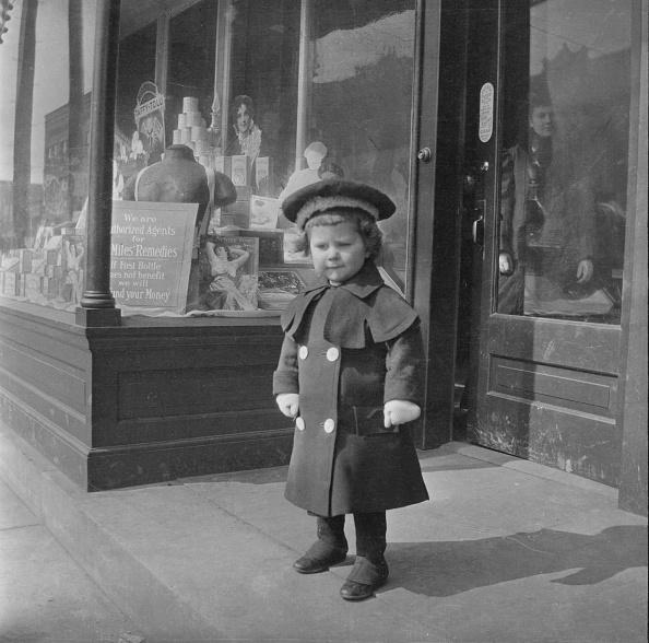 可愛らしい「Boy Standing By Drugstore」:写真・画像(4)[壁紙.com]