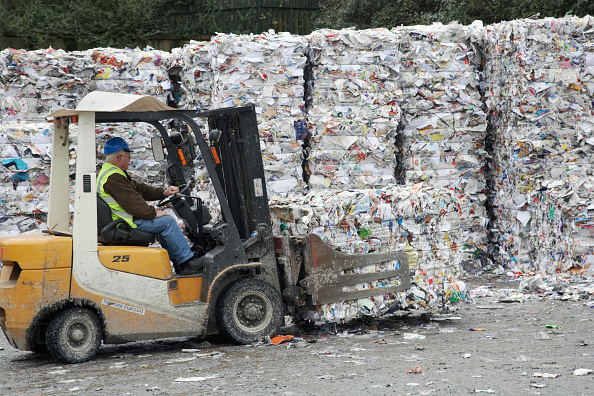 Recycling「Grip lift truck moving compacted paper recycling bundles at recycling centre」:写真・画像(16)[壁紙.com]