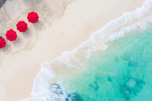 島「ビーチパラソルと青い海。上からビーチシーン」:スマホ壁紙(16)