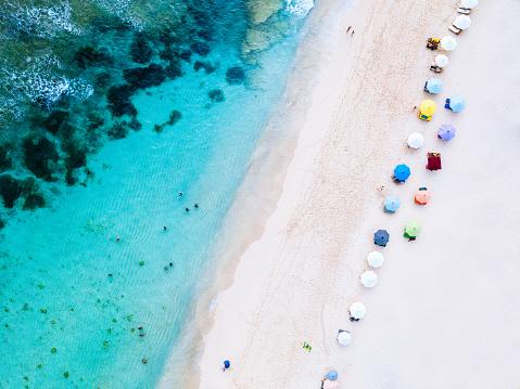 島「ビーチ パラソルと青い海。上からのビーチのシーン」:スマホ壁紙(6)