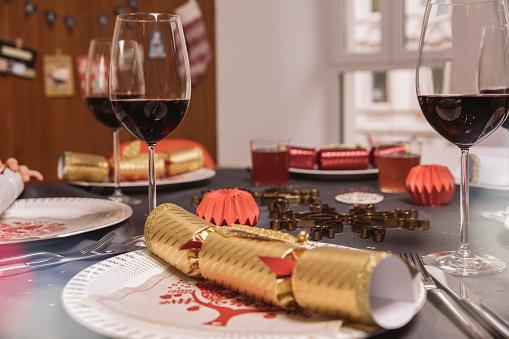 Christmas Cracker「Set Christmas dinner table with Christmas crackers」:スマホ壁紙(18)