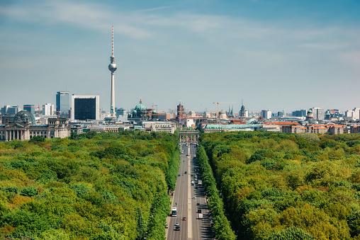 Antenna - Aerial「view over green Tiergarten Park on Berlin Skyline with Tv-Tower under blue sky」:スマホ壁紙(15)