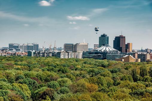 気球「ポツダムとベルリンのスカイラインの緑豊かなティーアガルテン公園を表示します。」:スマホ壁紙(16)