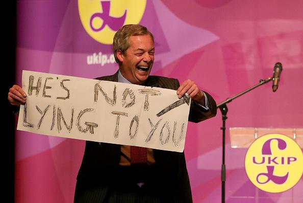 MEP「Nigel Farage Attend Public Meeting In Stoke Ahead Of By-election」:写真・画像(8)[壁紙.com]
