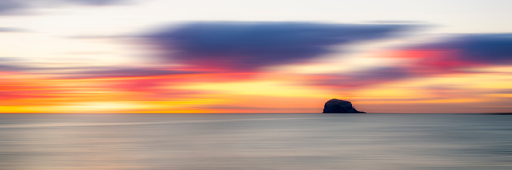 East Lothian「UK, Scotland, Firth of Forth at moody sunrise with silhouette of Bass Rock in background」:スマホ壁紙(16)