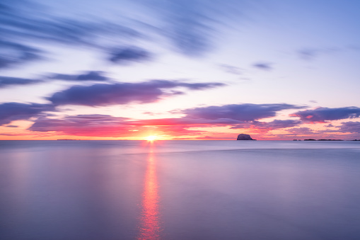 East Lothian「UK, Scotland, Firth of Forth at moody sunrise with silhouette of Bass Rock in background」:スマホ壁紙(18)