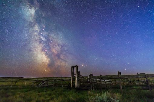 Wooden Post「Mars, Saturn & Milky Way over ranch corral.」:スマホ壁紙(9)