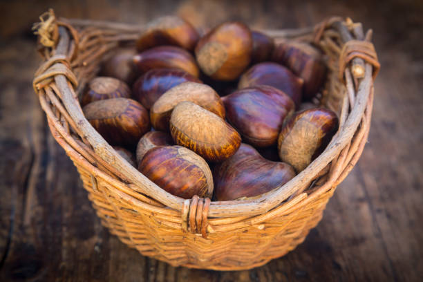 Roasted sweet chestnuts in a basket:スマホ壁紙(壁紙.com)