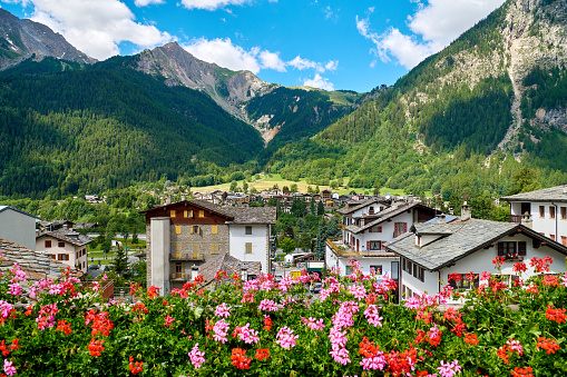 Chalet「Chamonix and Mont Blanc Mountain Range at Sunny Day, France」:スマホ壁紙(13)