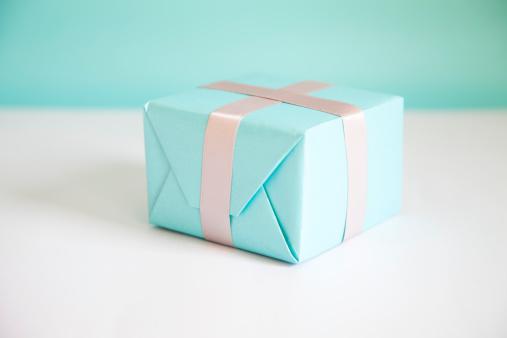 プレゼント「ギフトボックスにくるまるブルーの紙」:スマホ壁紙(6)