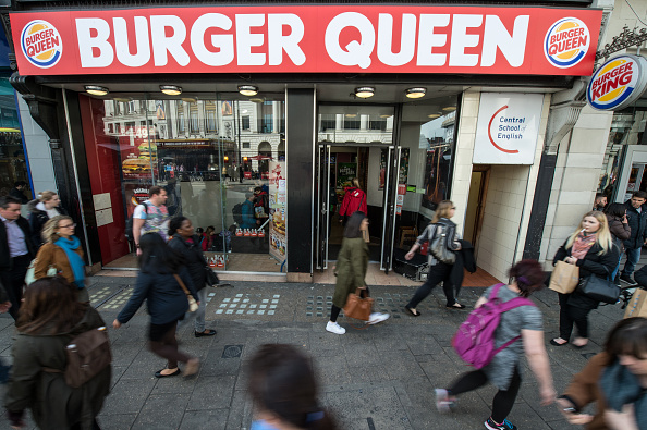 Large Group Of People「Fast Food Chain Changes Name To Burger Queen To Mark 90th Birthday Of Queen Elizabeth II」:写真・画像(10)[壁紙.com]