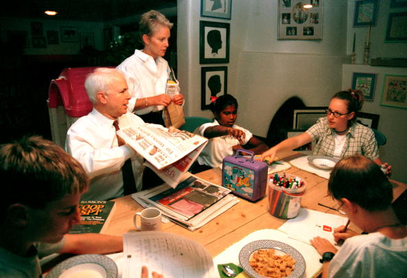 Family「Presidential candidate John McCain with wife Cindy in their home in Phoenix, Arizona with their children...」:写真・画像(7)[壁紙.com]