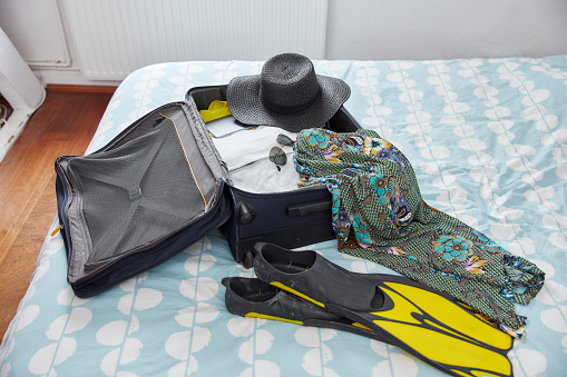 Leaving「Suitcase with summer vacation utensils on bed」:スマホ壁紙(11)