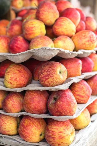 Market Stall「Stack of apples at a food market」:スマホ壁紙(1)