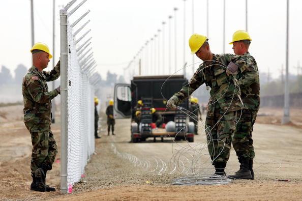 Fence「Arizona Struggles To Patrol Vast Border With Mexico」:写真・画像(15)[壁紙.com]