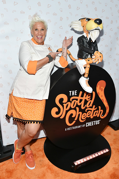 カメラ目線「Cheetos Brand And Chester Cheetah Open The First-Ever Cheetos Restaurant, The Spotted Cheetah」:写真・画像(5)[壁紙.com]