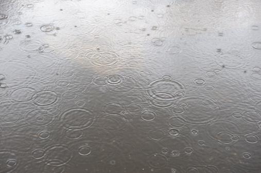 雨「Raindrops in a water puddle.」:スマホ壁紙(4)