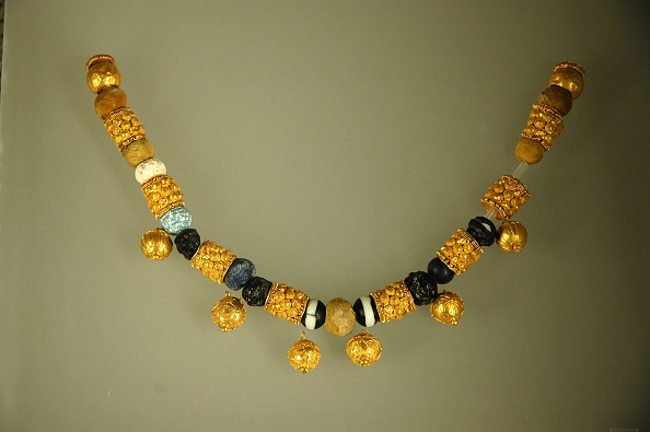 Roman「Gold And Glass Paste-Bead Necklace, From A Woman'S Burial.   Culture: Roman.  Period/ Date: 6Th - 5T Artist: Werner Forman.」:写真・画像(11)[壁紙.com]