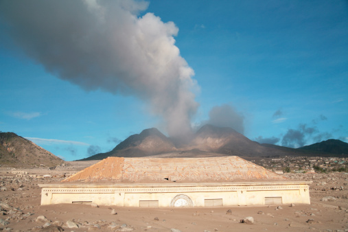 Mudslide「March 2006 - Plymouth Courthouse Building buried in lahar deposits from Soufriere Hills volcano, Plymouth, Montserrat, Caribbean.」:スマホ壁紙(5)