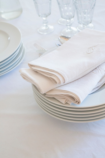 Embroidery「Glasses, stack of plates and cloth napkins on white table cloth」:スマホ壁紙(15)