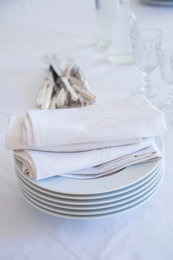 Embroidery「Glasses, stack of plates with cloth napkins and silver cutlery on white table cloth」:スマホ壁紙(10)