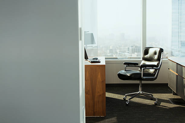 bright corner office space with desk and chairs:スマホ壁紙(壁紙.com)