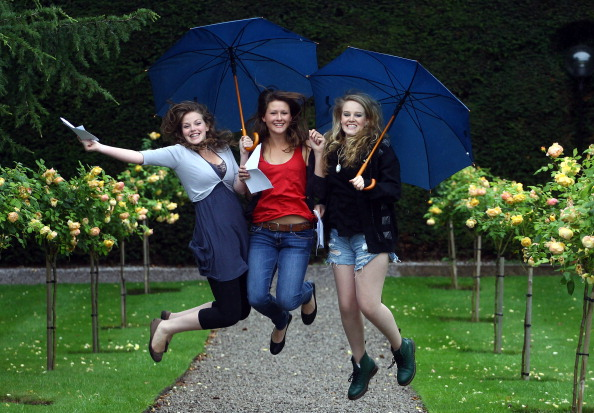 A-Levels「Students Throughout The UK Receive Their A Level Results」:写真・画像(8)[壁紙.com]