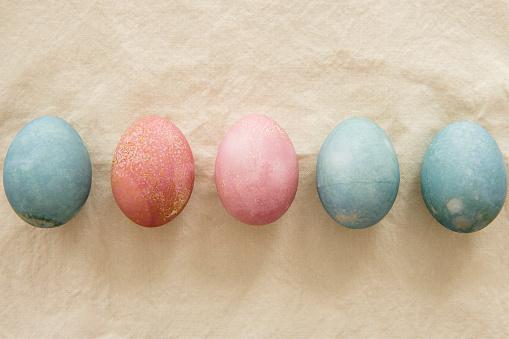 イースター「Dyed Easter eggs in a row on beige」:スマホ壁紙(6)