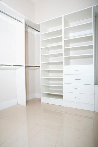 Gulf Coast States「Empty shelves and drawers in modern walk-in closet」:スマホ壁紙(13)