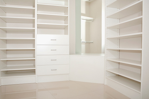 Gulf Coast States「Empty shelves and drawers in modern walk-in closet」:スマホ壁紙(9)
